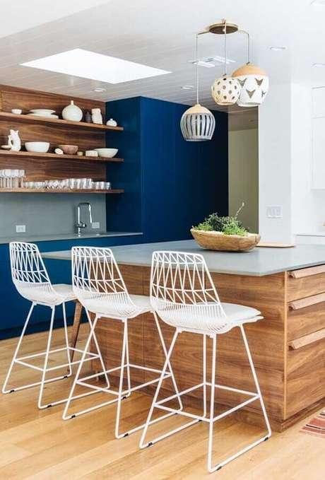 17. Banquetas modernas aramadas brancas para decoração de cozinha azul e com móveis de madeira – Foto: Pinterest