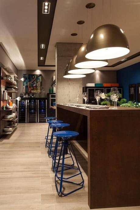 18. Banquetas modernas azuis para decoração de cozinha – Foto: Juliana Pippi