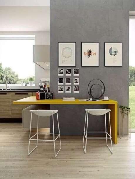 19. Modelo de banquetas modernas brancas para cozinha com bancada amarela – Foto: Assetproject