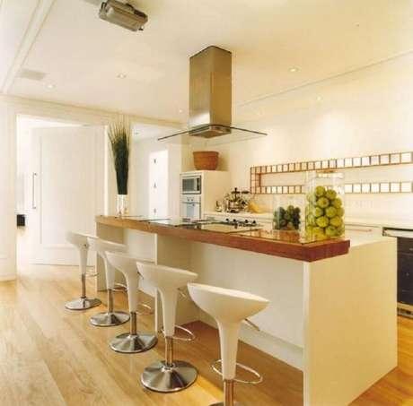 20. Decoração em cores neutras com banquetas modernas para cozinha com ilha – Foto: Roberto Migotto