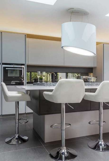 3. Fique atento a circulação do ambientes antes de escolher banquetas modernas para cozinha – Foto: Pinterest
