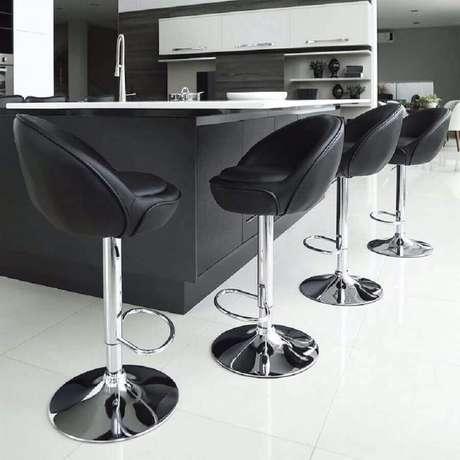 21. Banquetas modernas com assento preto estofado para maior conforto – Foto: Utilizer