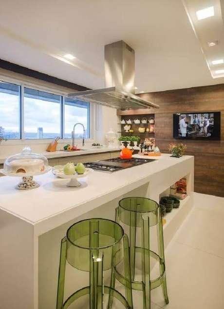 9. As banquetas modernas de acrílico verde deram um toque mais alegre na cozinha decorada em tons neutros – Foto: Chaves na Mão