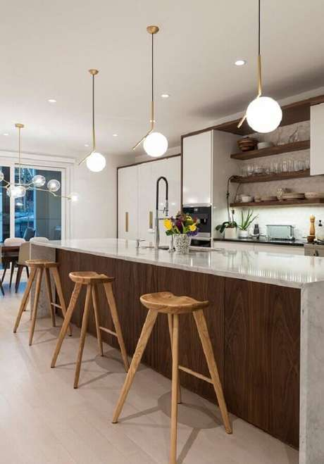 5. Decoração clean com banqueta modernas de madeira – Foto: Lightology