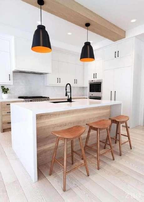 8. Decoração clean para cozinha planejada com banquetas modernas de madeira – Foto: EMFURN