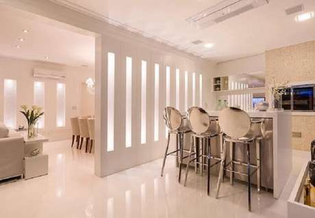 25. Banqueta alta moderna com acabamento metálico – Foto: Monise Rosa Arquitetura