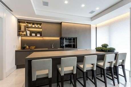 28. Banquetas modernas para área gourmet cinza com decoração contemporânea – Foto: Pinterest