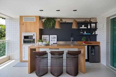 32. Banquetas modernas de madeira para decoração de área gourmet com churrasqueira – Foto: Casa de Valentina