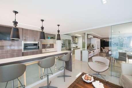 33. Decoração sofisticada em cores neutras com banqueta alta moderna e confortável para área gourmet – Foto: Webcomunica