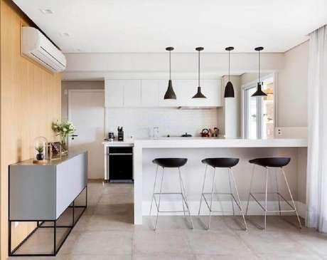 11. Decoração minimalista com banquetas modernas para cozinha americana – Foto: GF Projetos