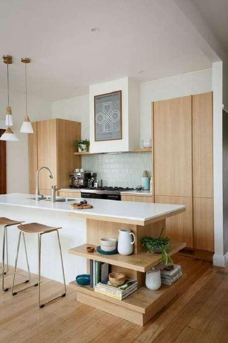 34. Banquetas modernas para cozinha americana com móveis de madeira planejados – Foto: Shopping Boss