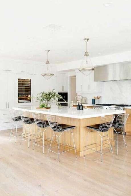 39. Banquetas modernas para cozinha ampla com ilha e armários brancos planejados – Foto: Ideias Decor