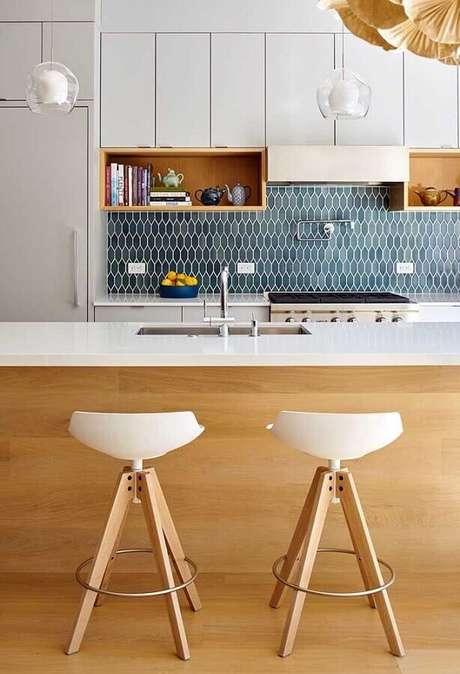 42. Delicado modelo de banquetas modernas para cozinha com ilha – Foto: Architizer