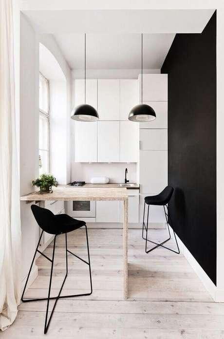 46. Banquetas modernas para cozinha pequena planejada branca e preta com bancada de madeira – Foto: Architizer