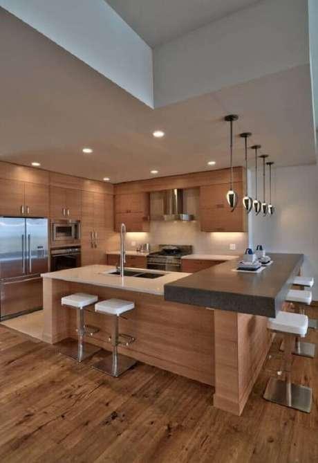47. Banquetas modernas para cozinha planejada com armários de madeira – Foto: Webcomunica