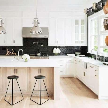 48. Banquetas modernas para cozinha com design minimalista – Foto: Greta de Parry