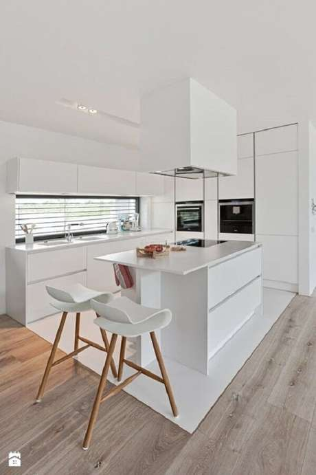49. Design arrojado da banqueta para cozinha ganha destaque na decoração – Foto: Contemporary Lighting