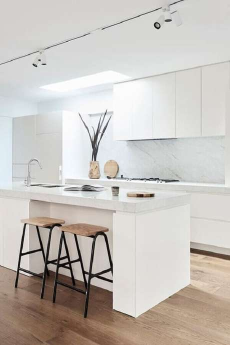 50. Banqueta moderna para cozinha toda branca contemporânea com trilho de luz – Foto: Pinterest