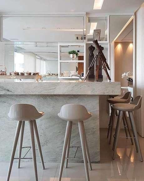 51. Lindos modelos de banquetas modernas para cozinha com decoração sofisticada – Foto: Max Mello Arquitetura