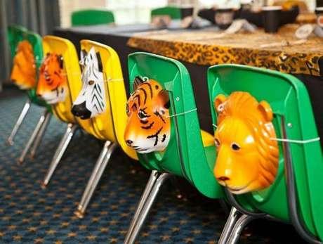 4. Máscaras para as crianças brincarem também é uma forma de presentear os convidados com uma linda lembrancinha de mesa – Foto: Pinterest