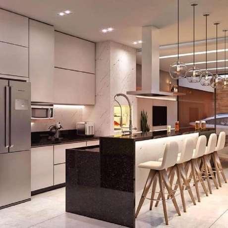 53. Invista em banquetas modernas com encosto para a sua cozinha – Foto: Dicas Decor