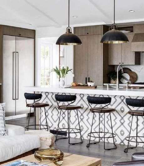 54. Cozinha decorada com banquetas modernas com encosto – Foto: Allied Maker