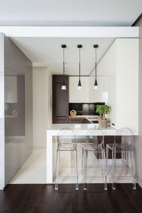 55. Cozinha planejada pequena decorada com bancada branca e banquetas modernas de acrílico transparente – Foto: Archidea