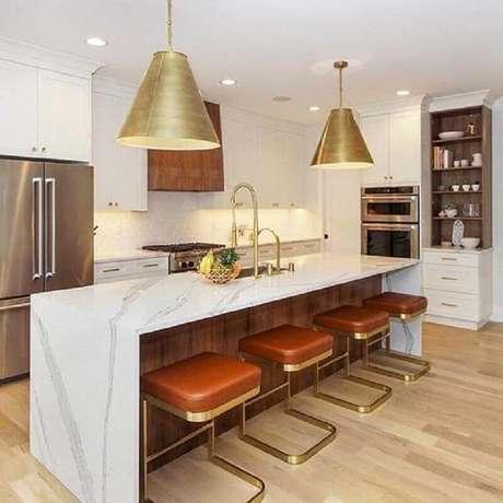 57. Cozinha toda branca decorada com banquetas modernas com assento de couro e estrutura dourada – Foto: Pinterest