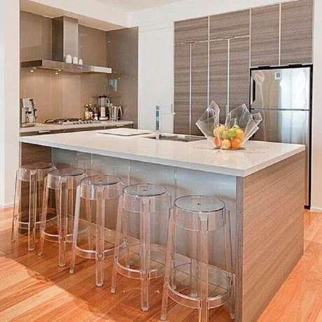 58. Decoração clean para cozinha com banquetas modernas de acrílico transparente – Foto: Dicas Decor