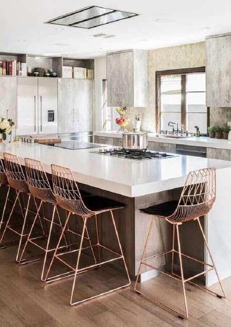 59. Decoração com banquetas modernas aramadas para cozinha com ilha grande e cooktop – Foto: Ideias Decor