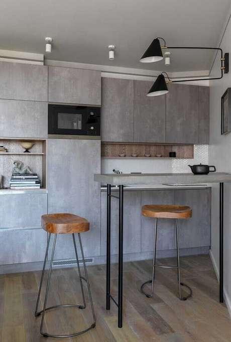 60. Decoração estilo industrial com banquetas modernas para cozinha cinza planejada – Foto: Decoração e Projetos