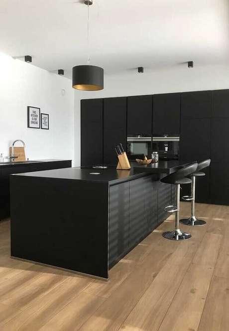 61. Cozinha preta decorada com banquetas modernas com encosto – Foto: Houzz