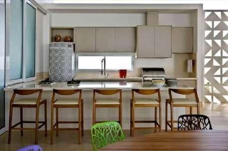 62. Decoração com banquetas modernas para cozinha americana – Foto: Leo Romano