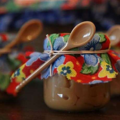 17. Lembrancinha de festa junina para mesa dos convidados: Doce de Leite – Via: Revista Artesanato