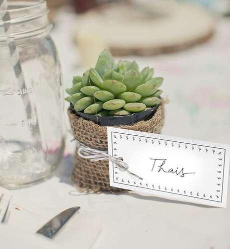 27. Lembrancinha de mesa com suculenta – Via: Vamos Receber