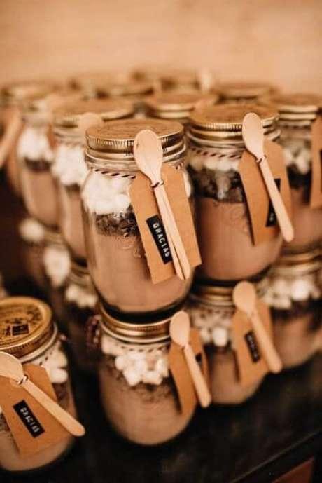 33. Bolo de pote para lembrancinha de mesa de doces – Via: Festas.site