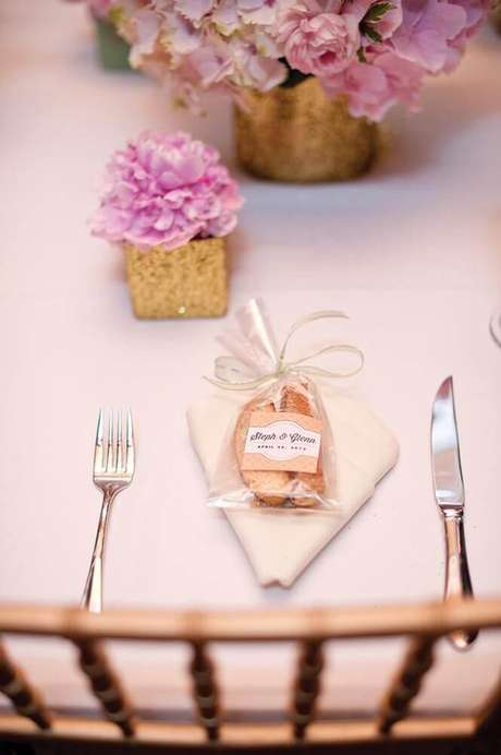 34. Lembrancinha de mesa com saquinho plástico – Via: Pinterest