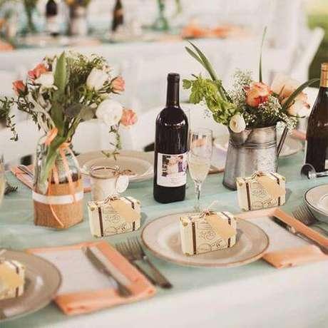 1. Lembrancinha de mesa para casamento com caixinha em formato de mala – Foto: Forever Wedding Favors