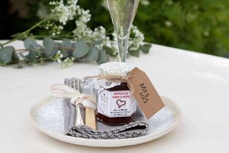 44. Lembrancinha de mesa para casamento com pote de doce – Foto: One Fab Day