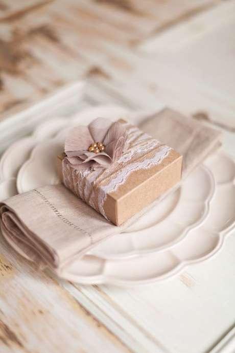 9. Lembrancinha de mesa rústica com caixinha personalizada – Foto: One Stop party Ideas