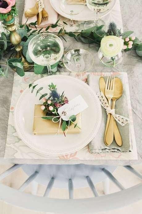 12. Lembrancinha de mesa casamento decorada com flores – Via: Pinterest
