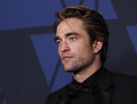 Robert Pattinson aparece como Batman pela primeira vez