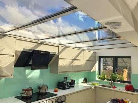 10. A cobertura de vidro ilumina a área da cozinha – Fonte: Total Construção