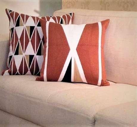 10. A cor terracota pode ser usada nos detalhes da decoração como através de almofadas decorativas – Foto: Webcomunica