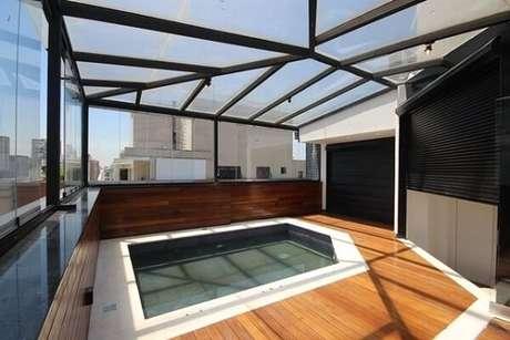 13. Ambiente com cobertura de vidro e deck de madeira – Fonte: Revista Viva Decora