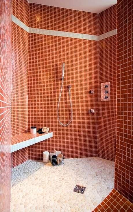 9. Banheiro decorado com pastilhas na cor terracota – Foto: Maison & Travaux