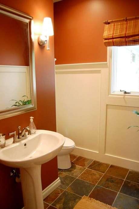 13. Banheiro simples decorado com cor de parede terracota – Foto: Home Decor Ideas
