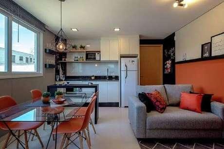 15. Casa conceito aberto com ambientes integrados decorados com cadeiras e almofadas na cor terracota – Foto: Pinterest