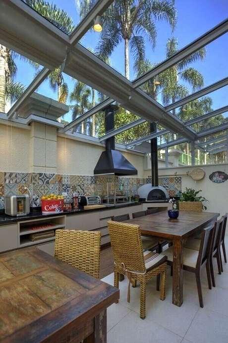 15. Casa de condomínio ganha personalidade com cobertura de vidro – Fonte: Pinterest