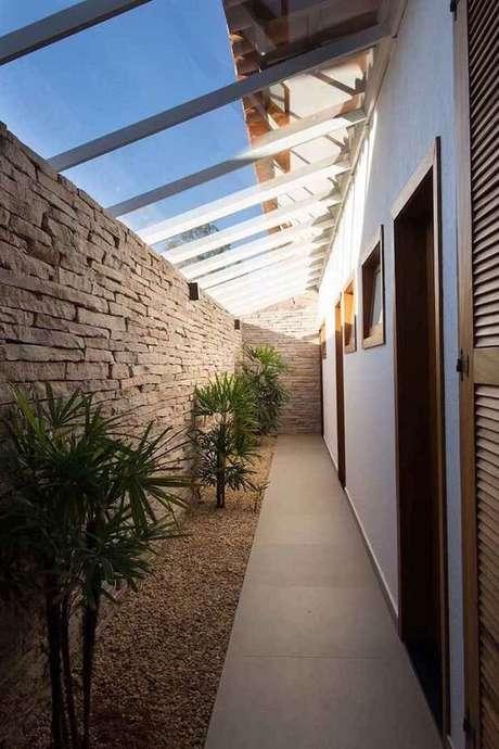 33. Corredor com parede de pedra e teto de vidro permite que a luz se direcione as plantas – Fonte: Casa e Festa